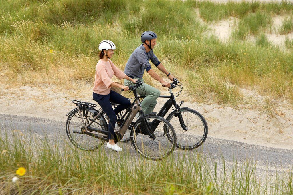 To personer på en cykel