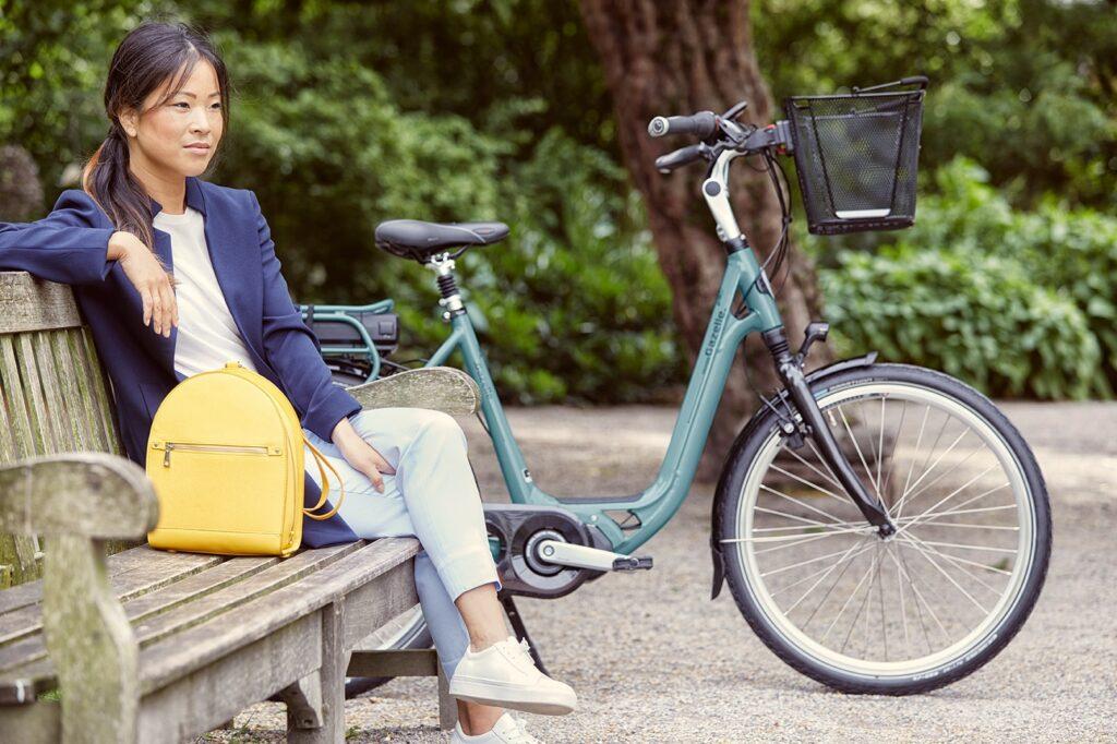 Kvinde på gazelle e-bike