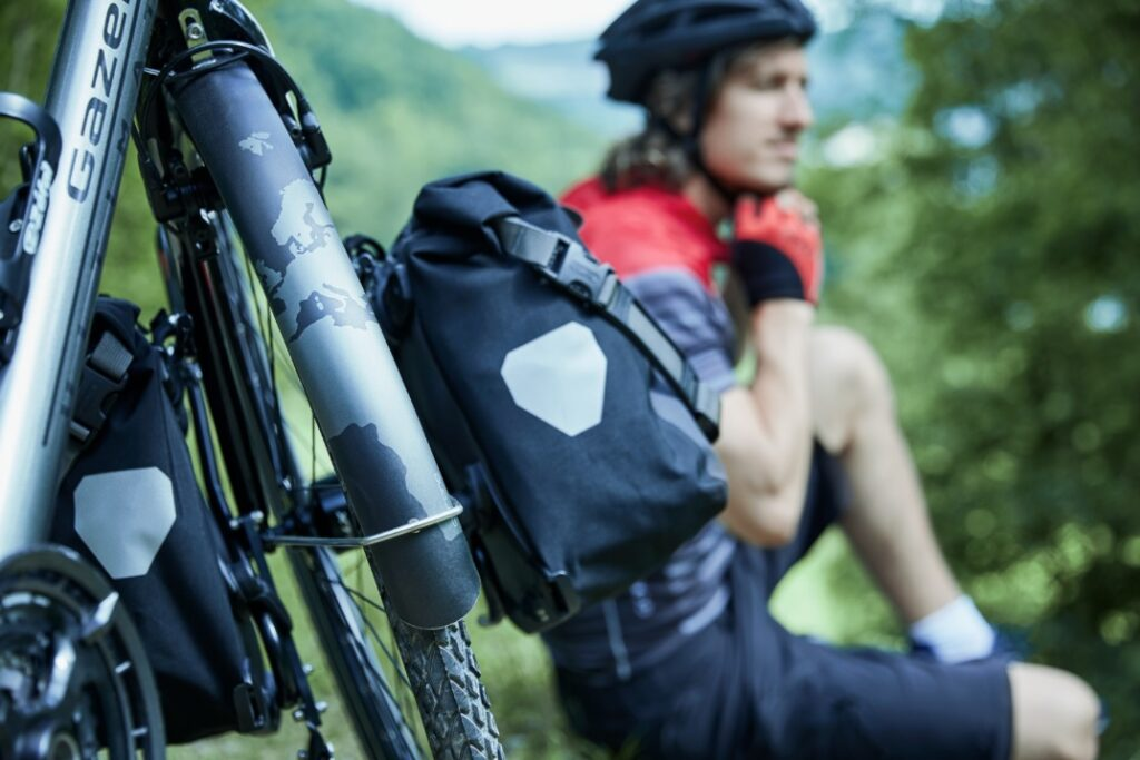 Mand med cykel i forgrunden | Elcykelferien
