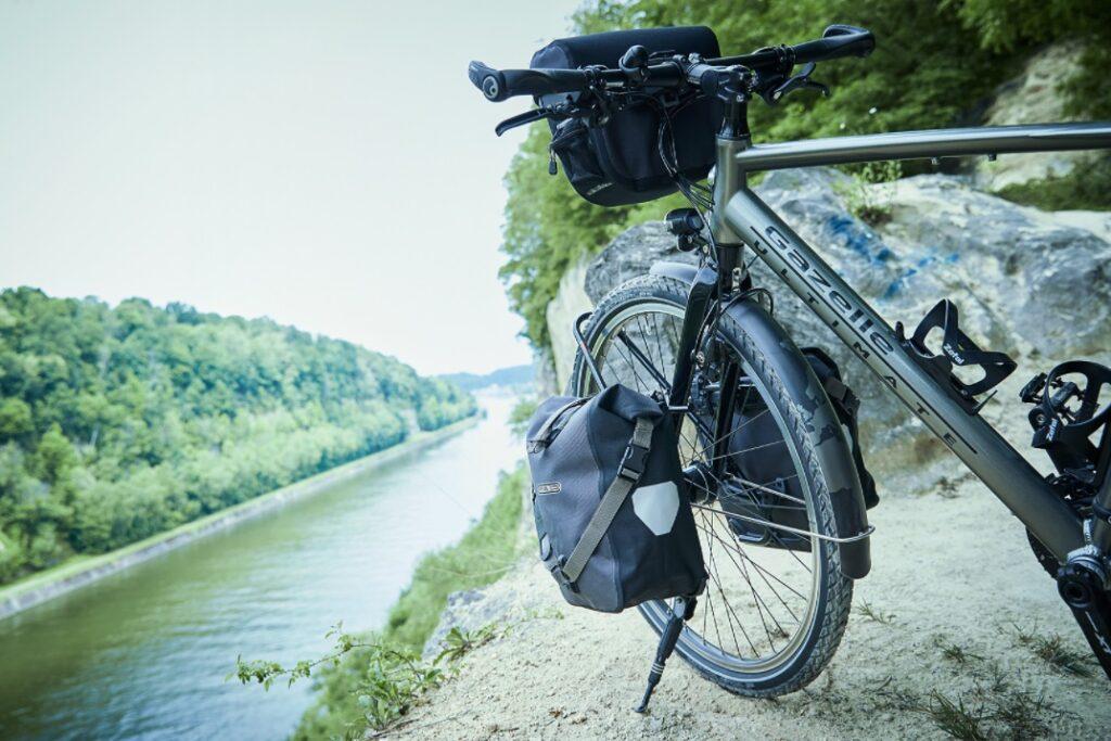 Cykel ved siden af floden | Gazelle Ultimate
