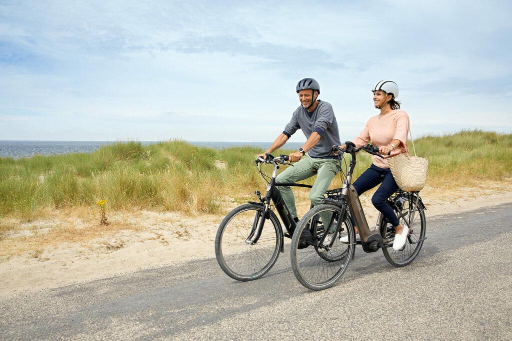 To personer på cykler i klitterne med elcykel apps