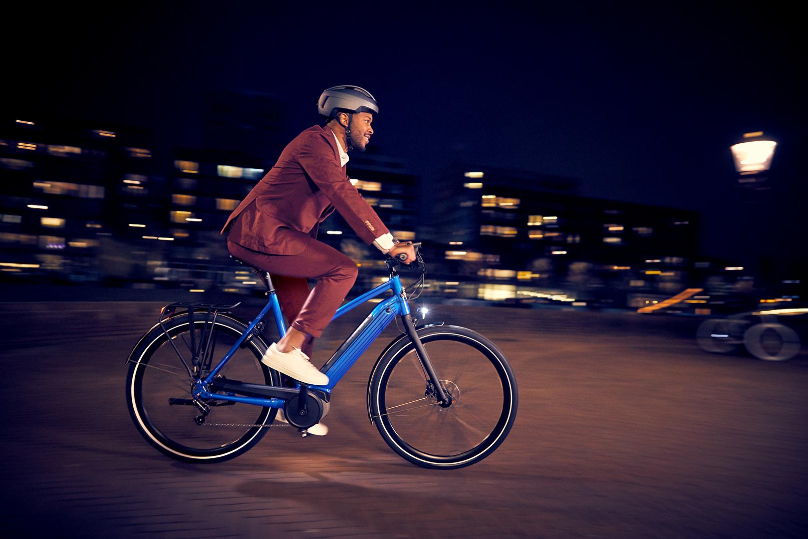Mand om aftenen på cykel | Cykellygter