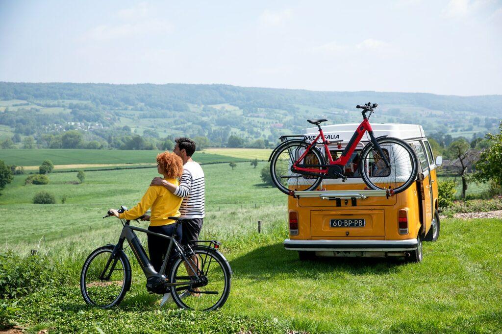 2 personer med en gazellecykel ved en bil