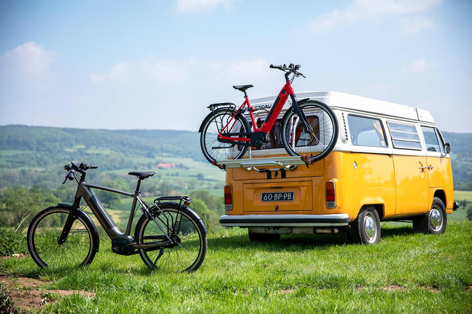 Twee fietsen bij touringcar | Elcykelferien