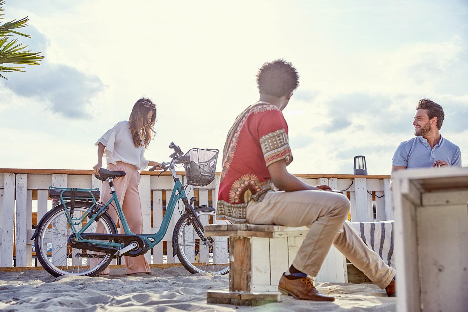 Femme près d'un vélo | Ami C8