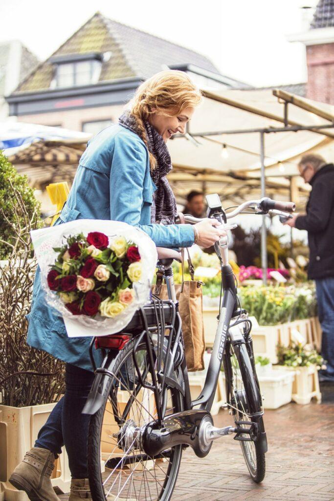 Femme près d'un vélo | Orange C7