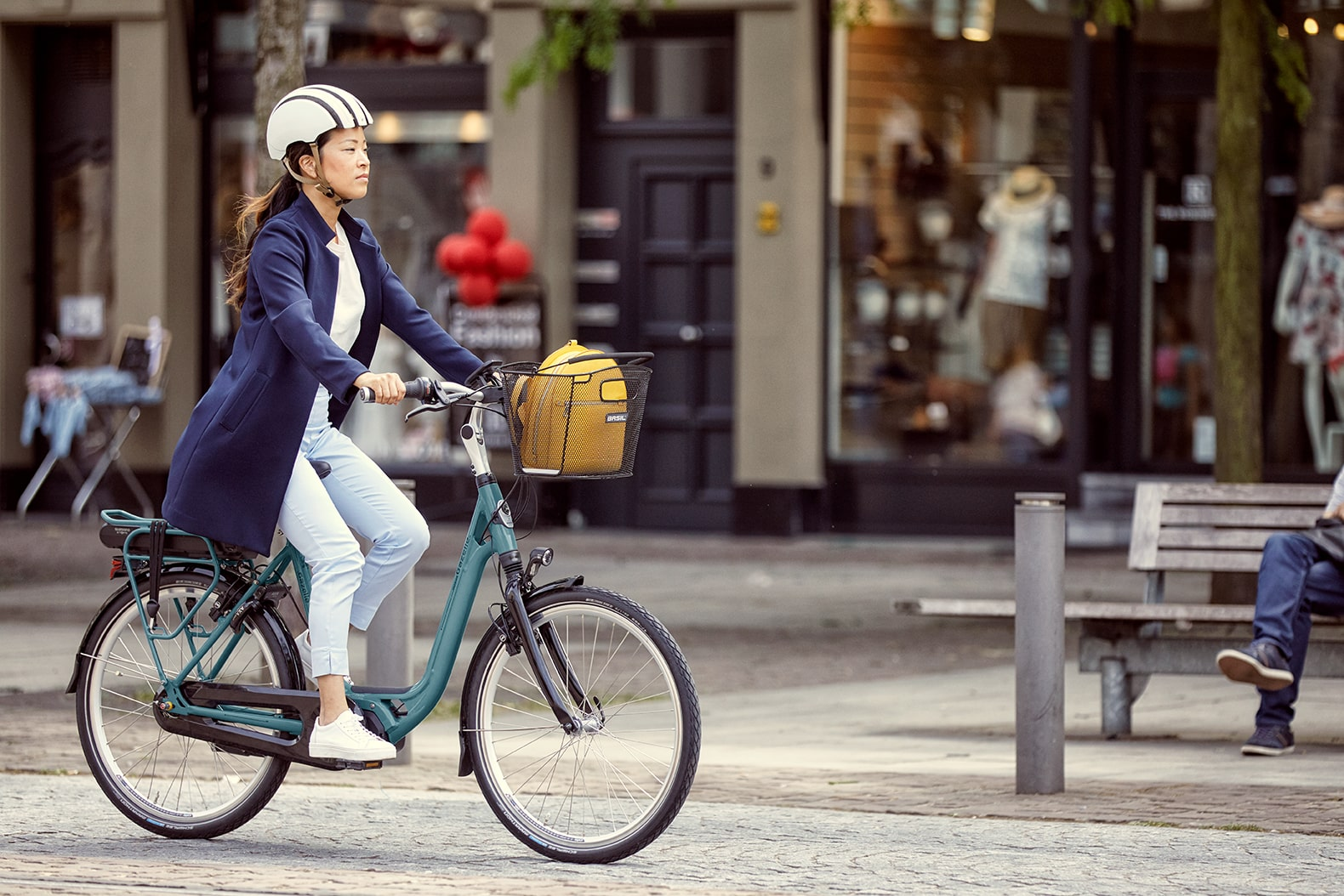 Femme près d'un vélo | Ami C8 HMS