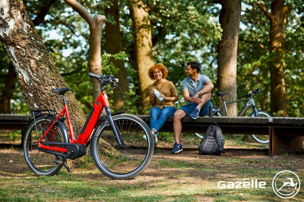 Homme et femme près d'un vélo   Ultimate C8