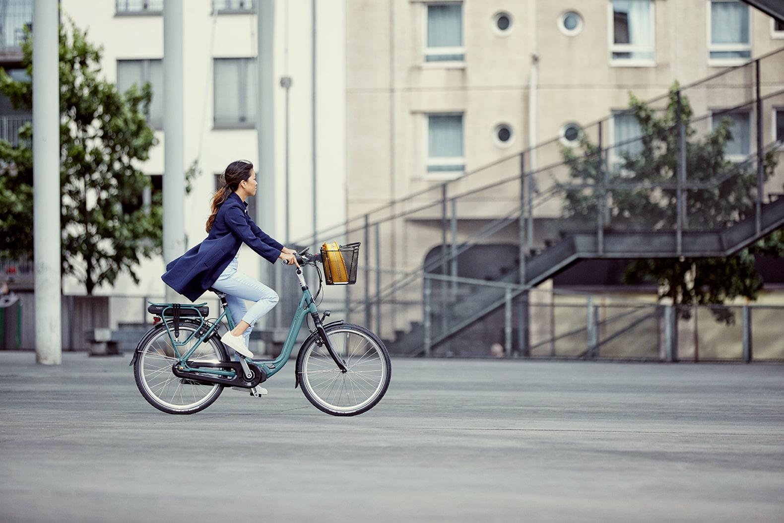 Femme à vélo | Ami C8 HMS