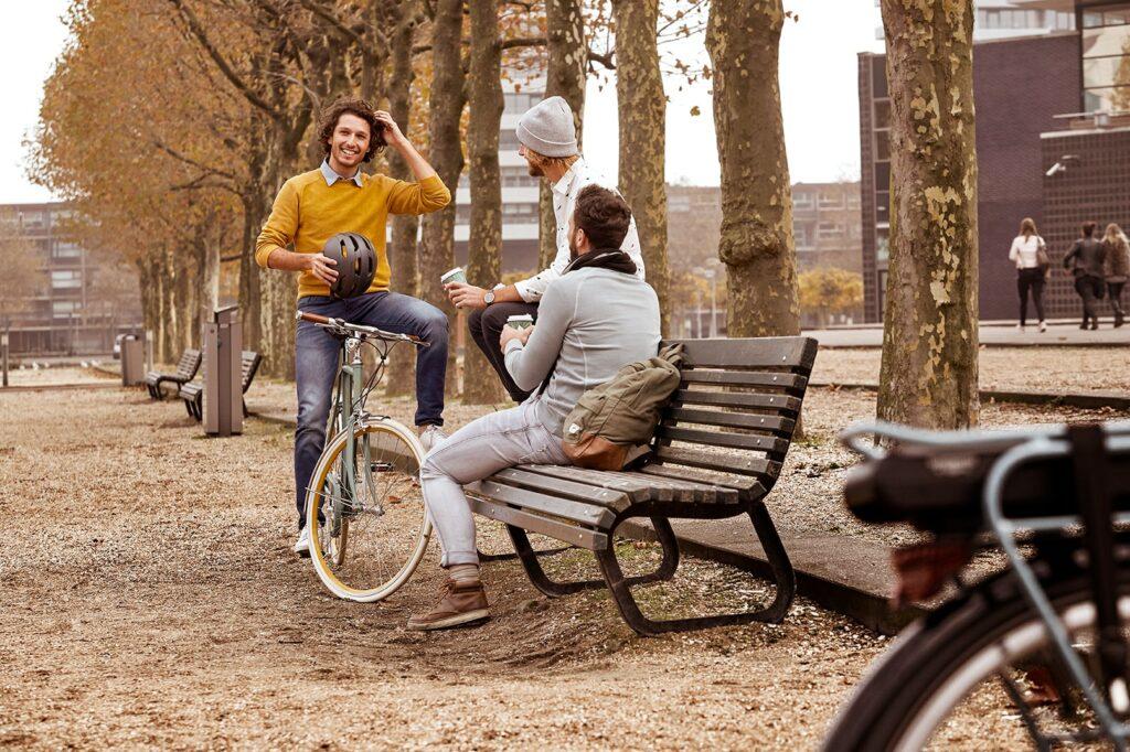 Homme avec un vélo   Van Stael