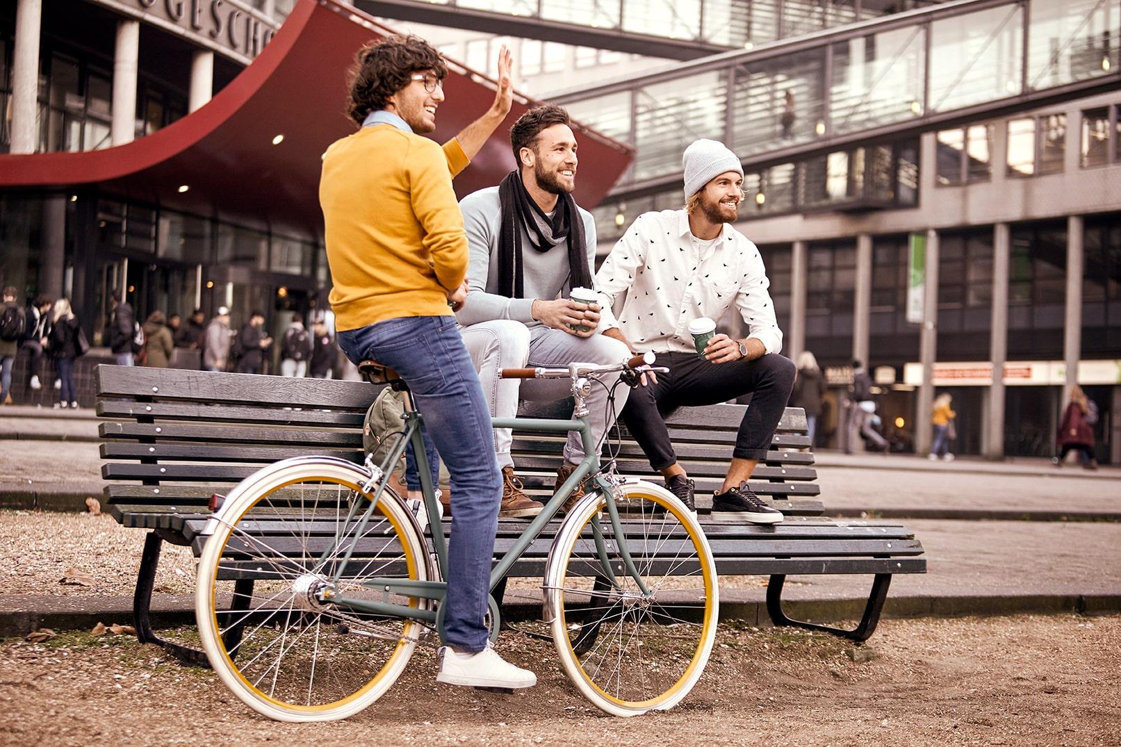 Homme avec un vélo | Van Stael
