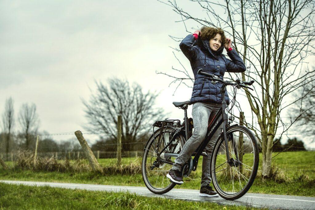 Femme à vélo électrique en hiver