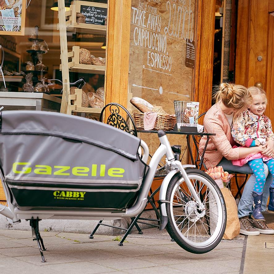 De robuuste Cabby bakfiets van Gazelle vervoert met gemak drie kinderen.
