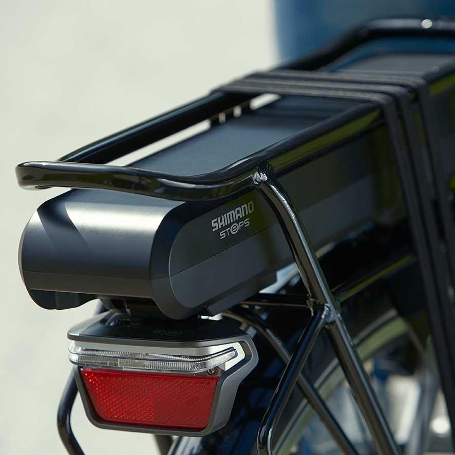 Mange elcykler har batteriet placeret under bagagebæreren. Det gør, at elcykler med motor i forhjulet er optimalt afbalancerede.