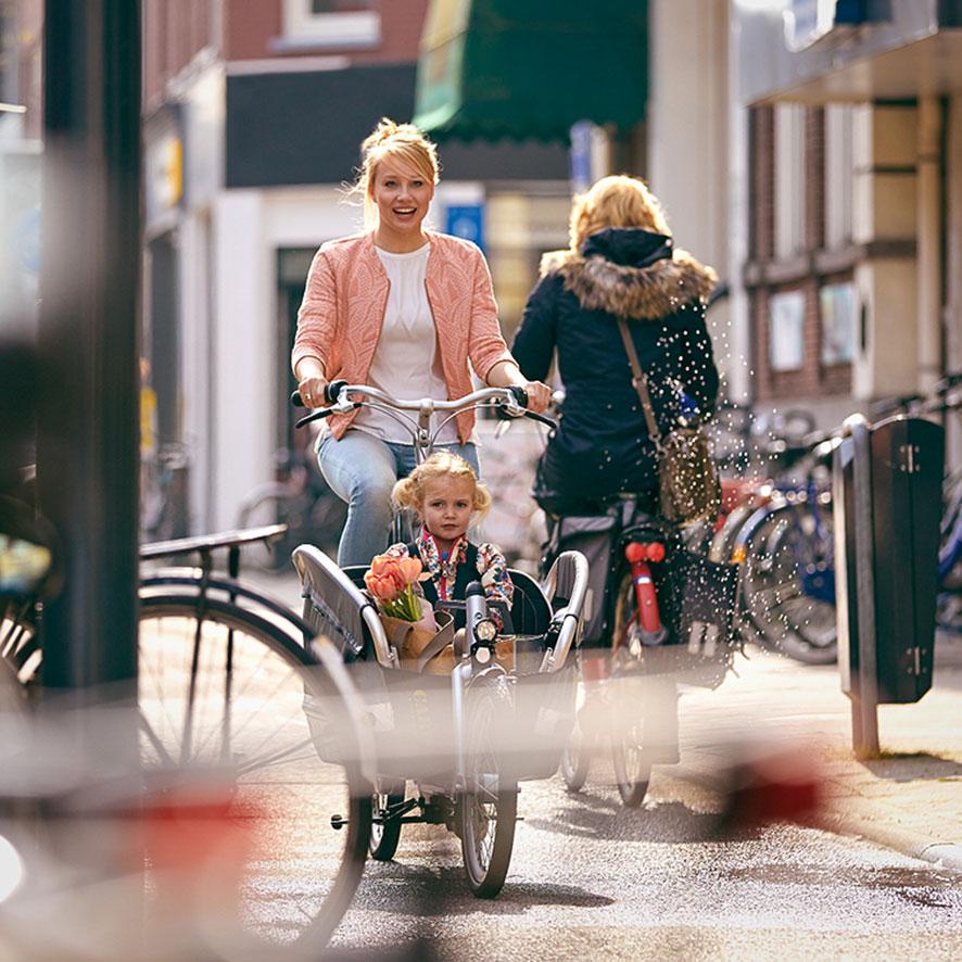 Faire du vélo avec des enfants implique des exigences de sécurité et de fiabilité particulières. Notre Cabby est la version moderne du biporteur.