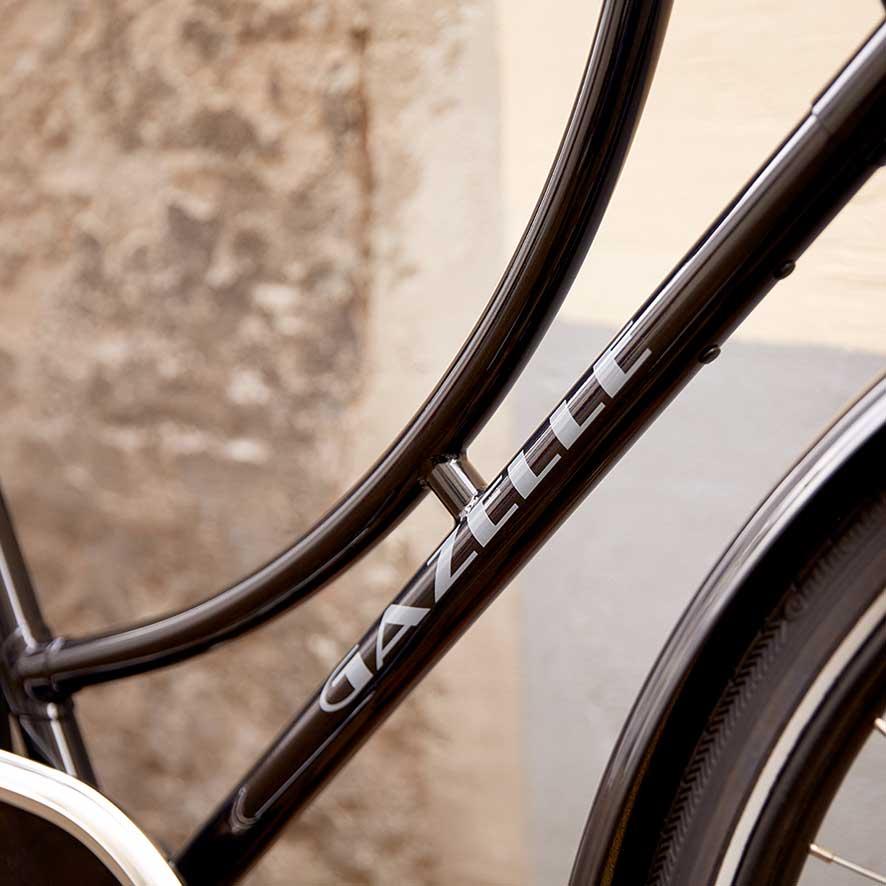 Stellets lave påstigning giver bedstemorcyklen sit iøjnefaldende design. Skrårørets lige form står i fin kontrast til det markant buede overrør.