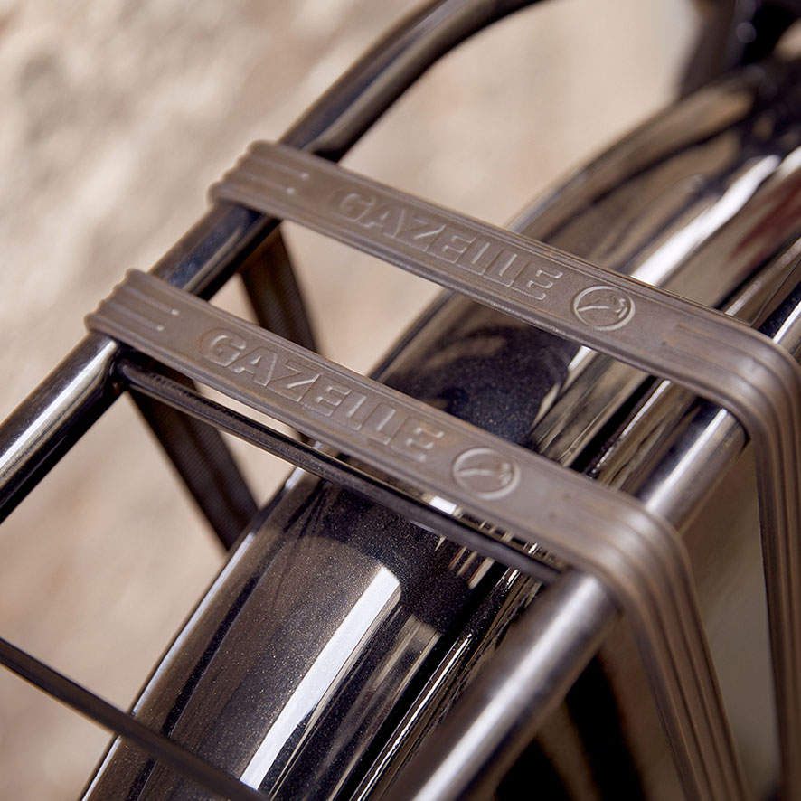 Bagagebæreren på bedstemorcyklen er stærk og stabil.