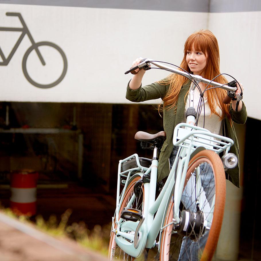 Ce vélo est également disponible en version électrique, avec moteur Panasonic intégré à la roue avant.