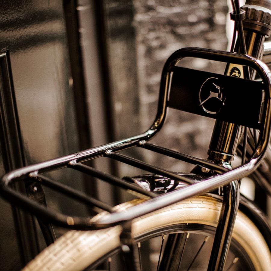 Die einzigartigen Front- und Heckgepäckträger betonen die robuste Optik dieses Lastenrads.