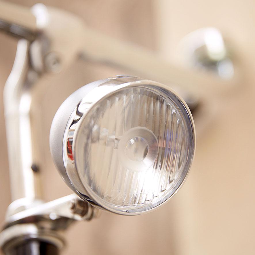 Een koplamp zonder poespas. De dynamo is verwerkt in de naaf en is vele malen lichter dan zijn voorganger.