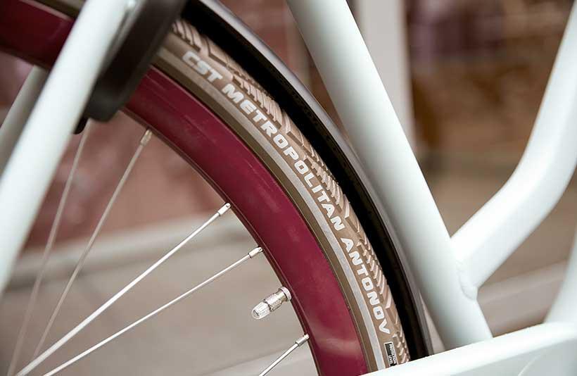Du cykler hurtigt og komfortabelt. De ekstra brede dæk gør cyklen suverænt komfortabel.