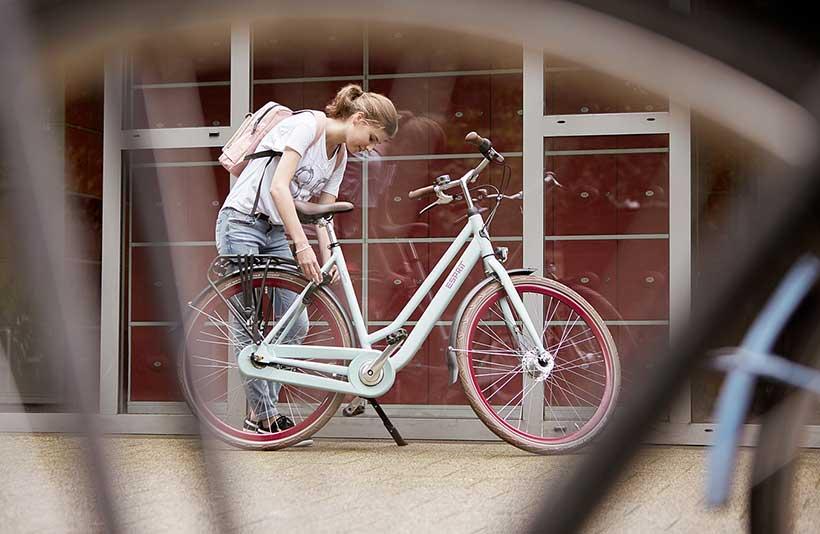Med de punkterfri dæk transporterer cyklen nemt alle dine tunge skoletasker.
