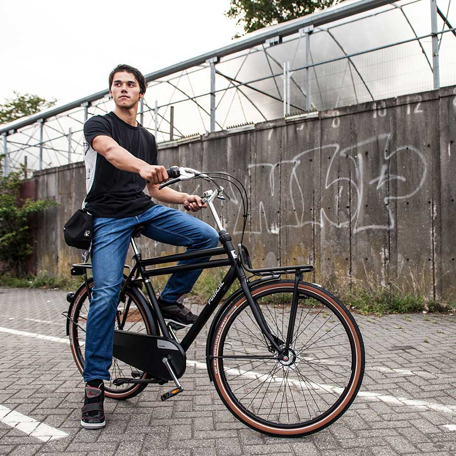 Denne alsidige transportcykel fås i flere flotte farvedesign, så du har gode chancer for at finde den, der passer lige til din livsstil – og altid kan cykle i cool stil!