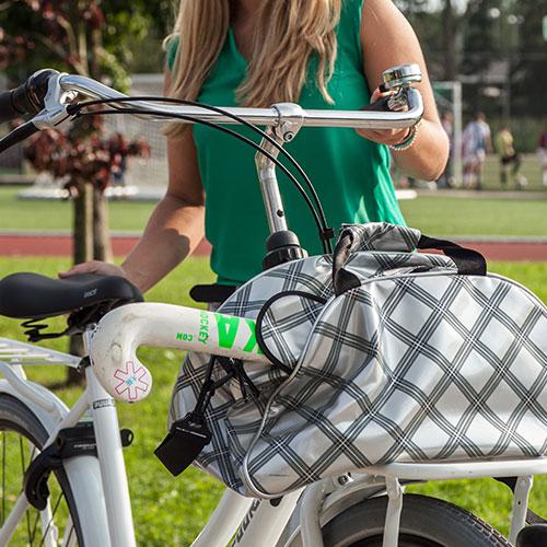 Ce vélo de transport robuste et rigide vous emmène là où vous voulez : au cinéma, à la plage, au terrain de football ou encore à l'école.