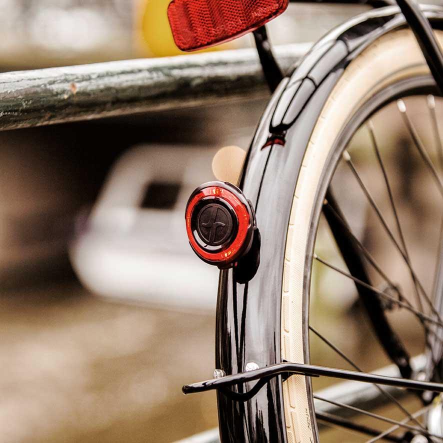 Specialdesignet med en bagagebærer for og bag understreger det robuste look af denne transportcykel
