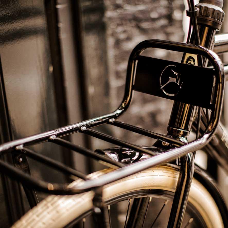 Specialdesignet med en bagagebærer for og bag understreger det robuste look af denne transportcykel.