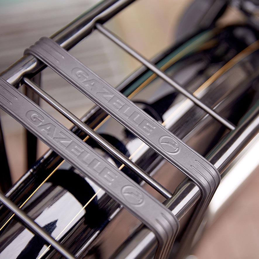 De bagagedrager van de omafiets is stevig en betrouwbaar. Door de verbinding met het frame van de fiets vervoer je eenvoudig een tas met boodschappen of je sporttas!