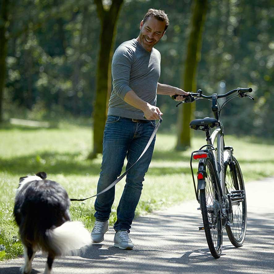 Optez pour le vélo de randonnée sportif et ses composants de haute qualité, son cadre en aluminium aux lignes strictes et sa fourche avant en carbone.