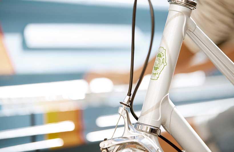 Malgré son cadre en acier, ce vélo est remarquablement léger : 12,8 kg seulement.