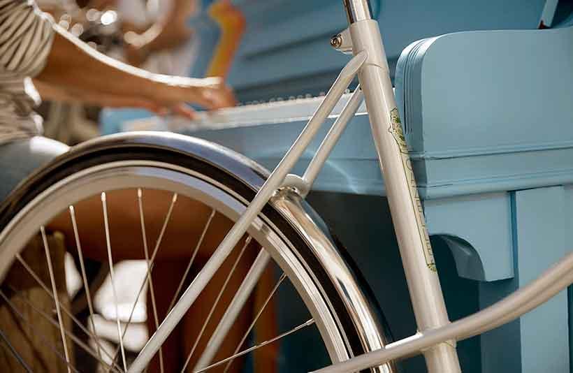 Die schlanken Rohre, die in Retro-Muffen zusammenlaufen, die blinkenden Stahlschutzbleche und die Retro-Rennreifen: an diesem schnellen Citybike stimmt einfach alles!