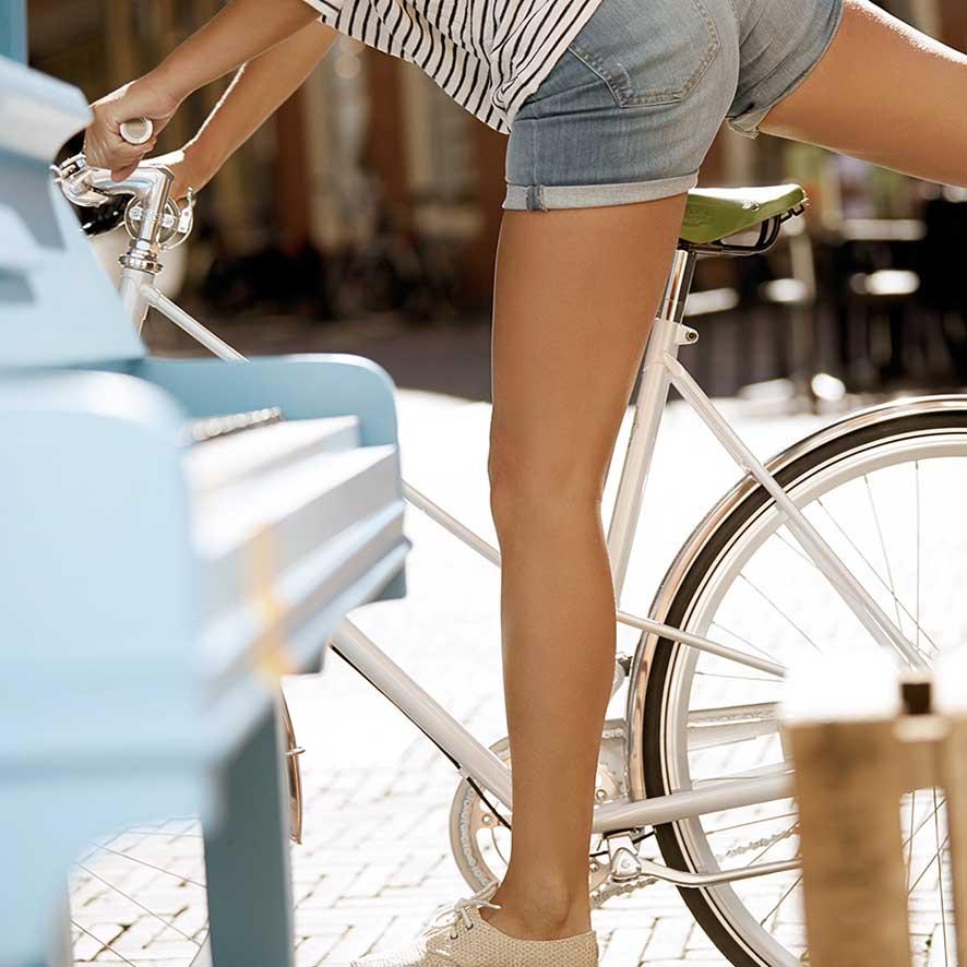 Ces vélos se distinguent par des pneus larges et robustes et un design épuré.