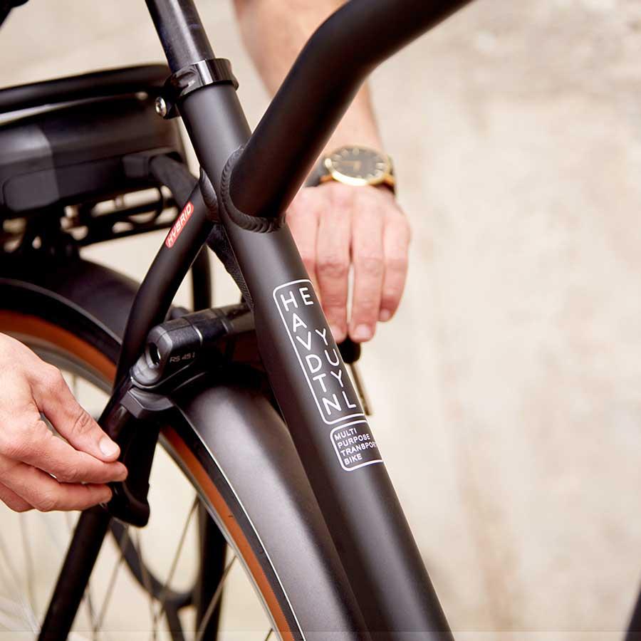 Stellet og frontbagagebæreren er af ultrastærkt aluminium til ideel bycykling.