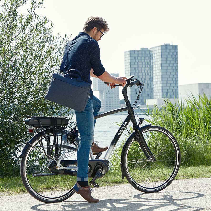 Bei der Arbeit oder auf einer Terrasse – überall, wo es eine Steckdose gibt, können Sie den einfach herausnehmbaren Akku Ihres Elektro-Fahrrads aufladen.