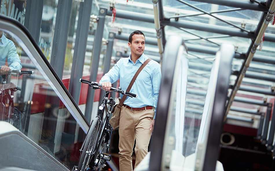 Les cyclistes sportifs se déplacent facilement de la maison au travail.