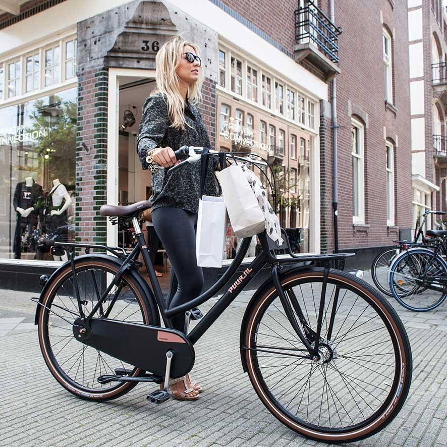 Door de dubbele pootstandaard en het stuurslot valt de fiets nooit om.