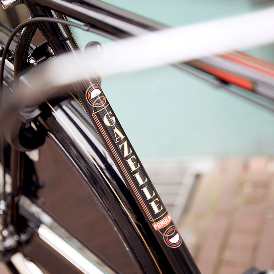 Styled throughout, down to the last detail. An inlaid head tube, lines on the mudguards, authentic varnished fabric and even the white mudguard section.
