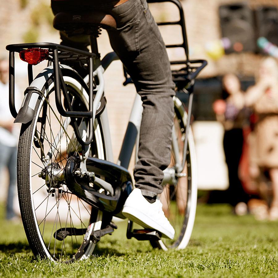 Cyklen står sikkert og stabilt med dobbeltstøttebenet og styrlåsen, uanset hvor meget du har med.