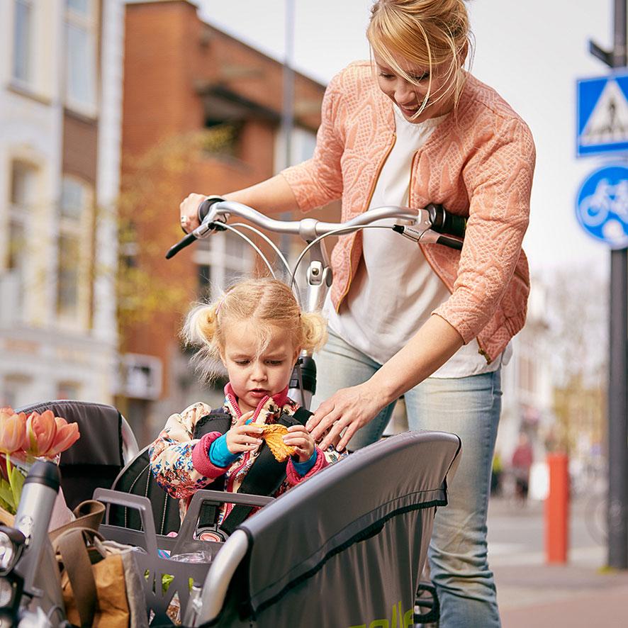 Den robuste Cabby ladcykel fra Gazelle medtager nemt 3 børn. Der er sikkerhedsseler til sikker transport af alle ombord.