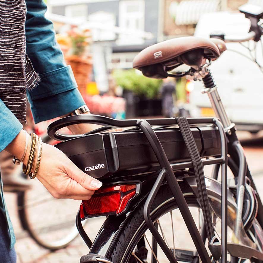 Den Akku nehmen Sie einfach aus dem Elektro-Fahrrad und laden ihn an der nächsten